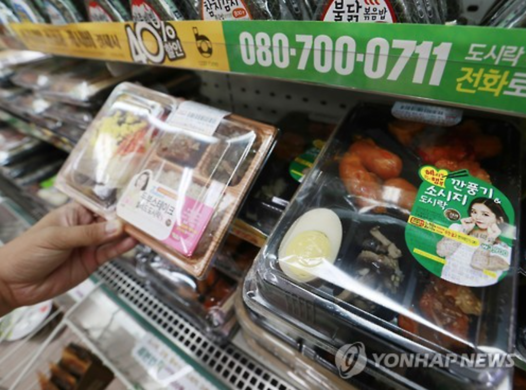 The popularity of the first type of convenience food was largely driven by lunch boxes sold at convenience stores, the quality and the diversity of which has improved significantly in recent years. (image: Yonhap)