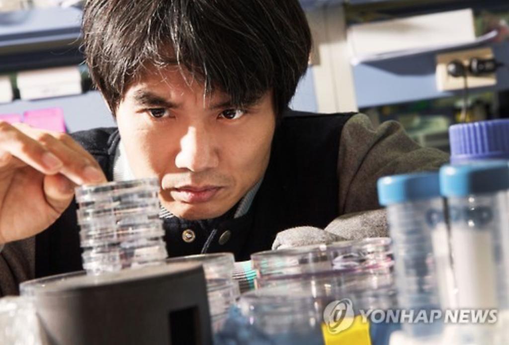 Professor Bhak Jong-hwa. (image: Yonhap)