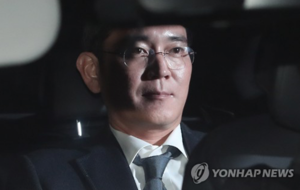 This photo, taken on Feb. 16, 2017, shows Lee Jae-yong, vice chairman of Samsung Electronics Co. in a car taking him to a detention center, south of Seoul. (image: Yonhap)