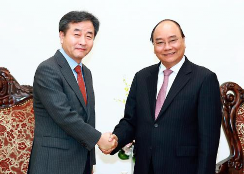 Park No-hwang (L), president and CEO of Yonhap News Agency, shakes hands with Vietnamese Prime Minister Nguyen Xuan Phuc at the latter's office in Hanoi on Feb. 9, 2017. (image: VNA, Yonhap)
