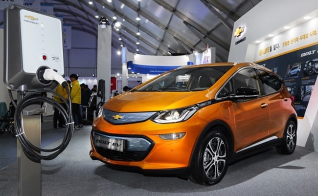 Chevrolet Bolt on display at 2017 International Electric Vehicle Expo. (Image: GM Korea)