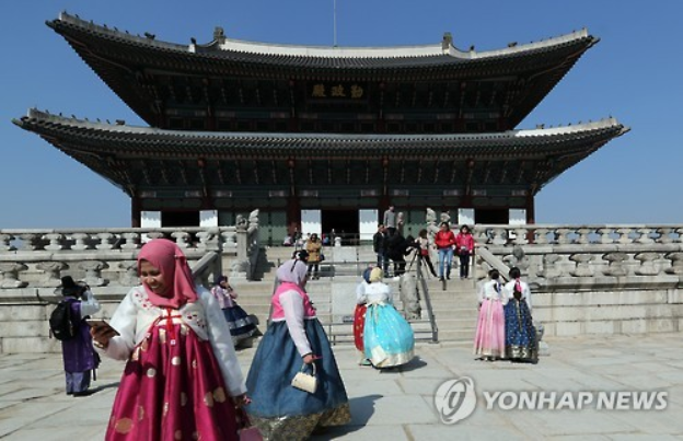 South Korea's tourism sector is moving to cope with the drop in the number of inbound Chinese tourists by moving to attract more locals and Southeast Asian visitors. (Image courtesy of Yonhap)