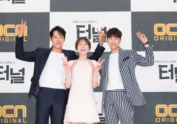 "The main cast of ""Tunnel"" pose for the camera at a media event held at Time Square mall in western Seoul on March 22, 2017. (image: CJ E&M)"