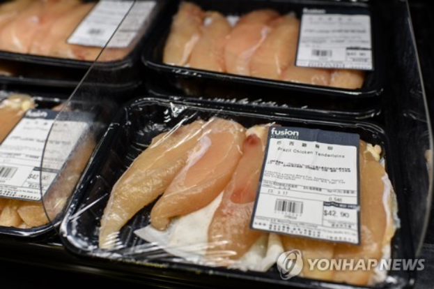 From yesterday, South Korea's biggest supermarket chain E-mart halted sales of Brazilian chicken in all of its 147 stores around the country. (Image courtesy of Yonhap)