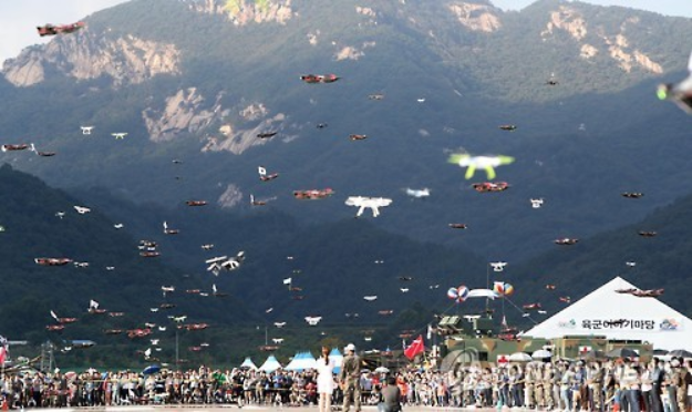 A group of 300 drones flies at a military festival at South Korea's military headquarters Gyeryongdae, near Daejeon, 164 kilometers south of Seoul, on Oct. 3, 2016. (Image courtesy of Yonhap)