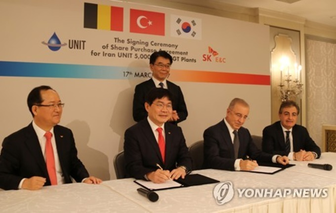 SK E&C President Ahn Jae-hyun (second from L) signs a contract for his company's purchase of a 30-percent stake in UNIT International S.A. in Istanbul, Turkey on March 17, 2017. (Image: Yonhap)