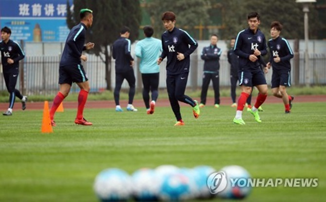 South Korean men's national football players practice at Hunan Provincial People's Stadium in Changsha, China, on March 20, 2017, ahead of a World Cup qualifying match against China. (Image: Yonhap)