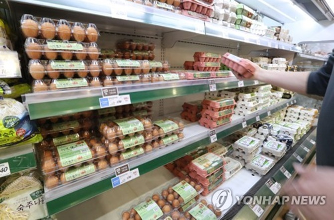 Prices of chicken and eggs began rising again recently as imports were halted from the United States and Spain. (Image: Yonhap)