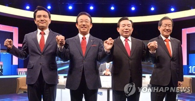 This photo, taken on March 28, 2017, shows the presidential hopefuls of the conservative Liberty Korea Party (from L to R) -- Rep. Kim Jin-tae, North Gyeongsang Province Gov. Kim Kwan-yong, former six-term lawmaker Rhee In-je and South Gyeongsang Province Gov. Hong Joon-pyo -- posing for a photo before a debate in Seoul. (Image: Yonhap)