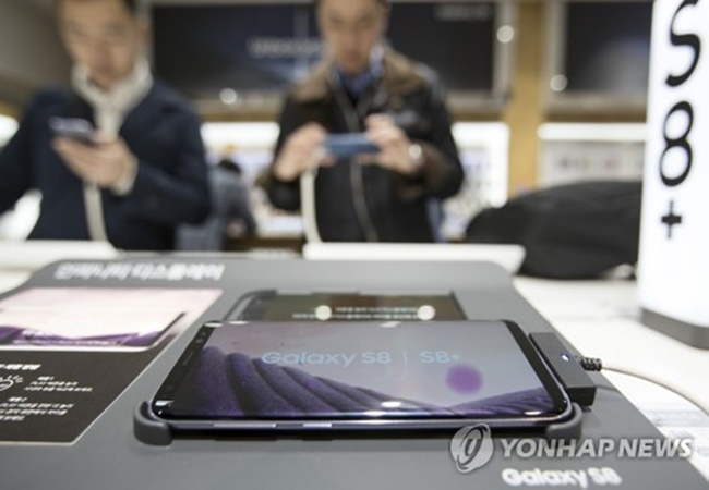 The Galaxy S8 smartphone is displayed at Samsung Electronics Co.'s main shop in Seoul in this photo taken on March 30, 2017. (Image: Yonhap)