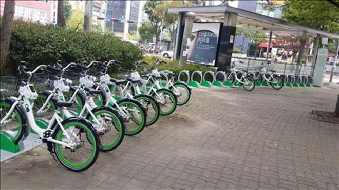"""""""Seoul Bike's capacity of 20,000 bikes surpasses Nextbike with its 3,000 bikes in Frankfurt and New York's Citibike that runs 6,000 bikes. It's (Seoul Bike) on par with the bike share system in Paris that boasts 23,600 bikes in operation,"""" the Seoul government said. (Image: Yonhap)"""