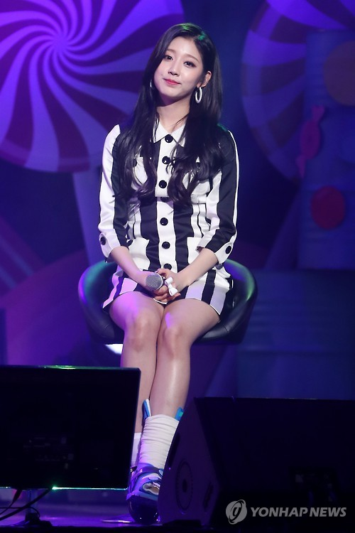 Yein from Lovelyz sprained her ankle last month while practicing for the group's comeback. (image: Yonhap)