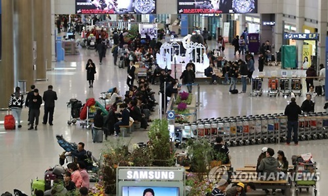 """Hwang Myung-sun, the head of department at the MSCT, said, """"The number of Southeast Asian visitors to South Korea is growing. With promotional programs going into effect earlier than the originally planned dates, we are going to stabilize the tourism industry in the first half of the year."""" (Image: Yonhap)"""