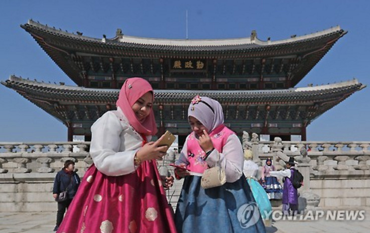 As of late, drastically fewer Chinese tourists are seen in tourist sites in Seoul. (Image: Yonhap)