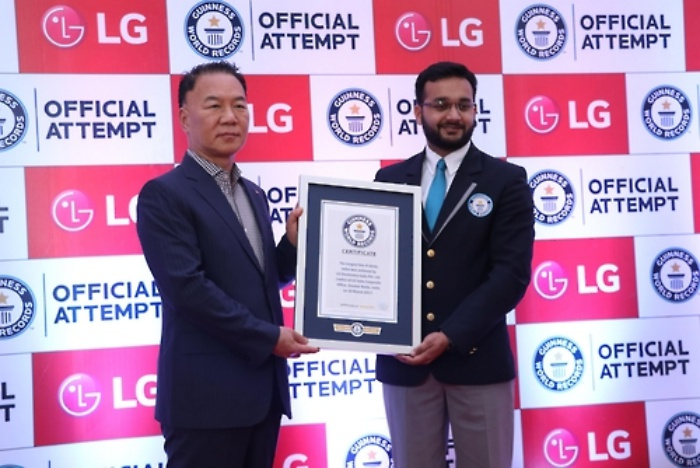 In a photo-op, a certificate issued by Guinness World Records was handed over to LG India's managing director Kim Ki-wan. (Image: Yonhap)
