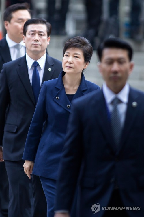 Former President Park Geun-hye arrives at the Seoul Central District Court in the capital on March 30, 2017, to attend a hearing on whether to issue a warrant to formally arrest her. (image: Yonhap)