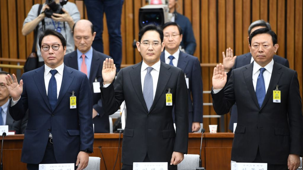 SK chairman Chey Tae-won (L) and Lotte CEO Shin Dong-bin (R) are still banned from leaving the country. Samsung vice chairman Lee Jae-yong (C) was arrested on corruption charges. (image: Yonhap)