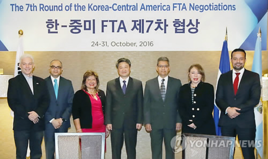 Officials from South Korea and six Central American countries pose for a photo after the seventh round of the Korea-Central America free trade agreement negotiations in Seoul on Oct. 24, 2016. (image: Yonhap)