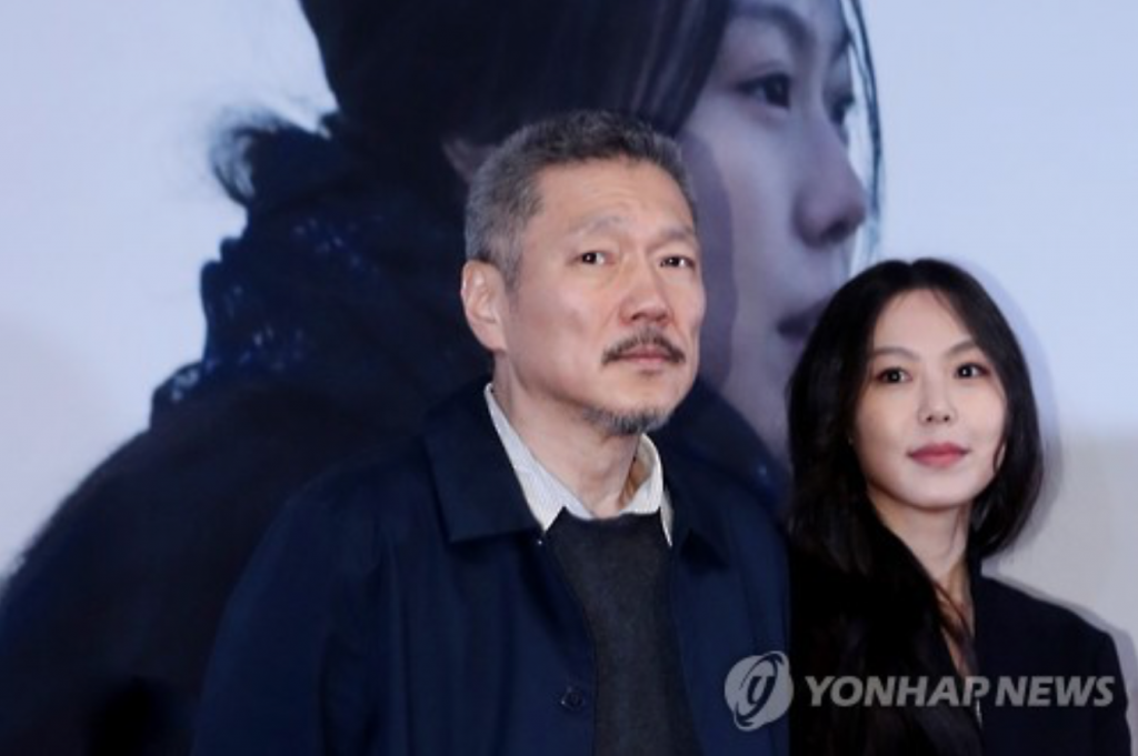 "Hong Sang-soo (L), director of ""On the Beach at Night Alone,"" and its lead actress Kim Min-hee pose for photos during a news conference for the film at a Seoul theater on March 13, 2017. (image: Yonhap)"