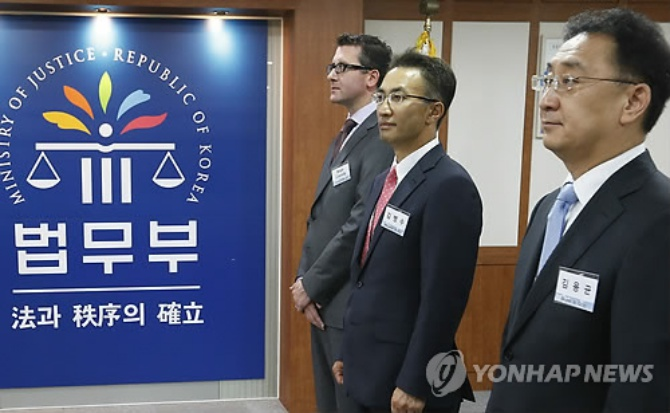 International law firms including Ropes & Gray, Sheppard Mullin, and Clifford Chance were given a law services establishment certificate today by the Ministry of Justice. (Image: Yonhap)