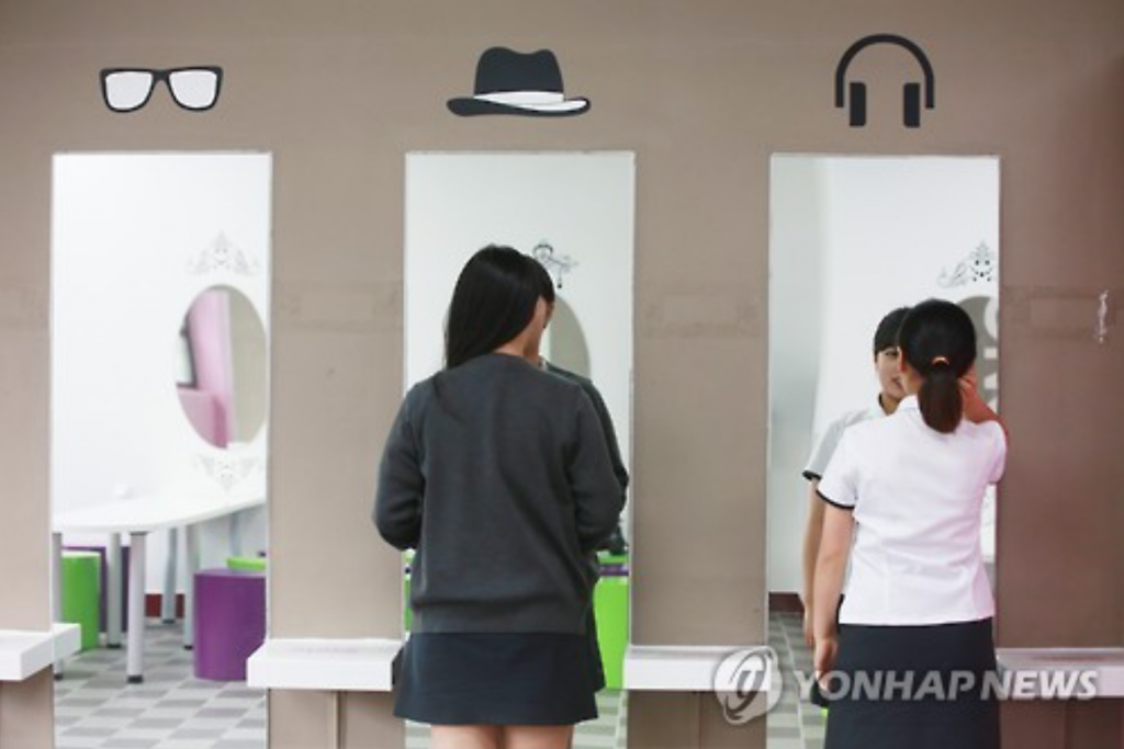 Some students sometimes choose schools that are more lenient with makeup rules, which are slowly seeing an increase in number in Korea. (image: Yonhap)