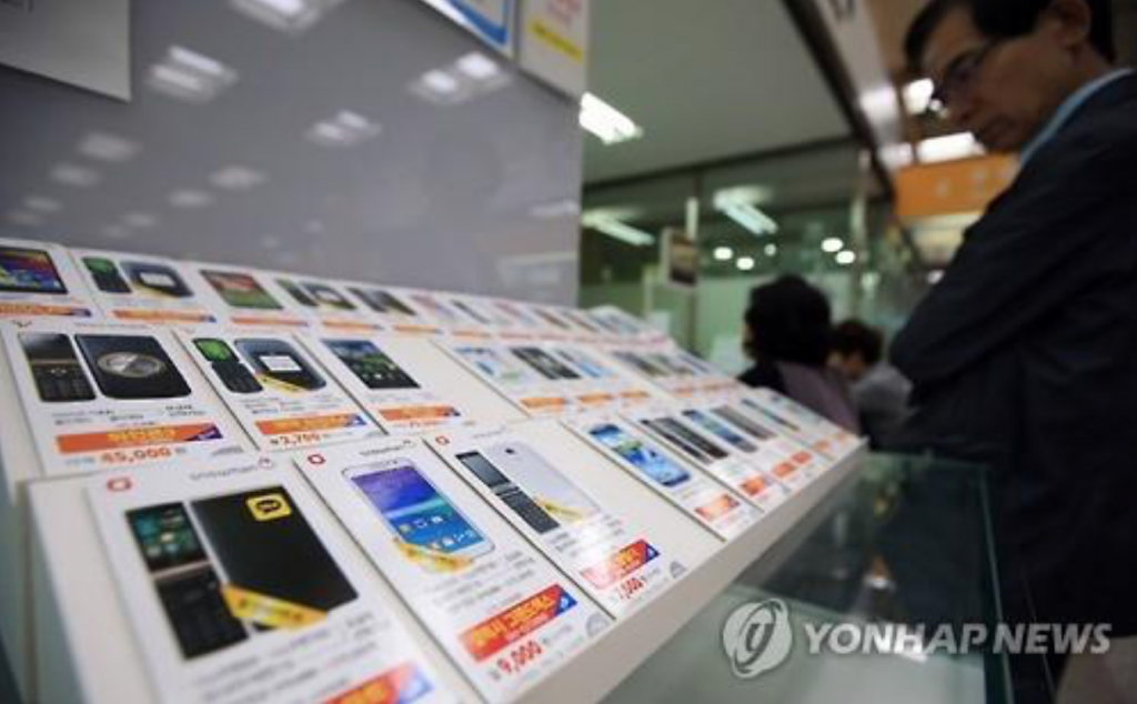 Phones distributed by mobile virtual network operators (MVNOs) displayed in a Seoul store. (image: Yonhap)