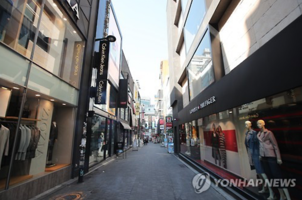 Myeongdong, Seoul's most popular shopping destination for tourists, was unoccupied Wednesday with Beijing's travel ban to South Korea coming into effect. (image: Yonhap)