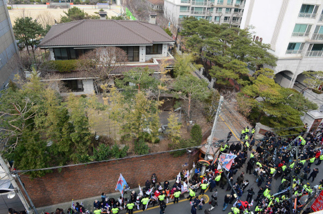Former President Park's supporters have rallied everyday outside her house in Samseong neighborhood, southern Seoul, since the Constitutional Court to dismiss her. (image: Yonhap)