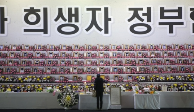 Public Grieves as Sewol Ferry Returns to the Surface