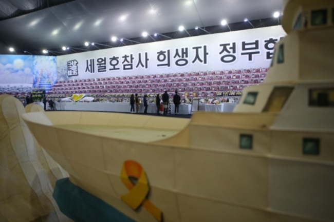 According to Ansan city officials, more than one hundred visitors came to the altar to commemorate the victims on the day the government began raising the Sewol. On the weekend, nearly 2,500 people showed up to grieve the loss of 304 victims. (Image: Yonhap)
