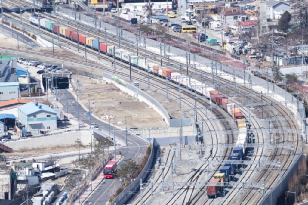 The company expects the regular operation of longer freight trains to be a major turning point for the rail logistics industry, boosting its profitability, while reducing the country's financial burden for cargo transportation. (image: Korail)