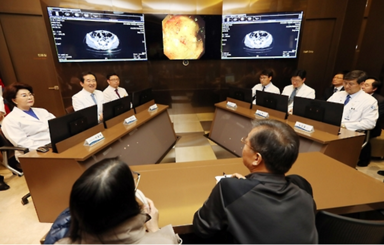 Last month, the Chairman of the National Assembly Chung Sye-kyun visited the hospital to see doctors diagnose their patient using Watson. (Image: Yonhap)