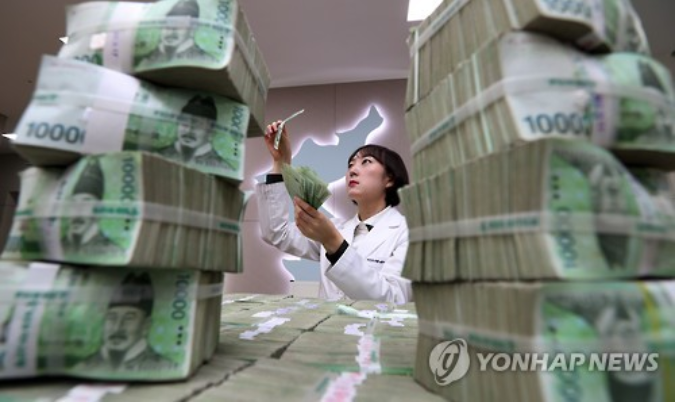 As the craft of counterfeiting money has become easy enough for elementary school students to attempt, calls for measures to close loopholes in counterfeiting deterrence systems (CDS) are growing in South Korea. (Image courtesy of Yonhap)
