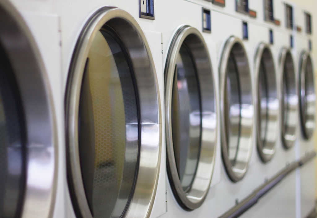 South Korean soldiers have to cough up around 8,000 won out of their own pockets every month to wash their clothes with the coin-operated washing machines twice a week. (Image: Kobiz Media)