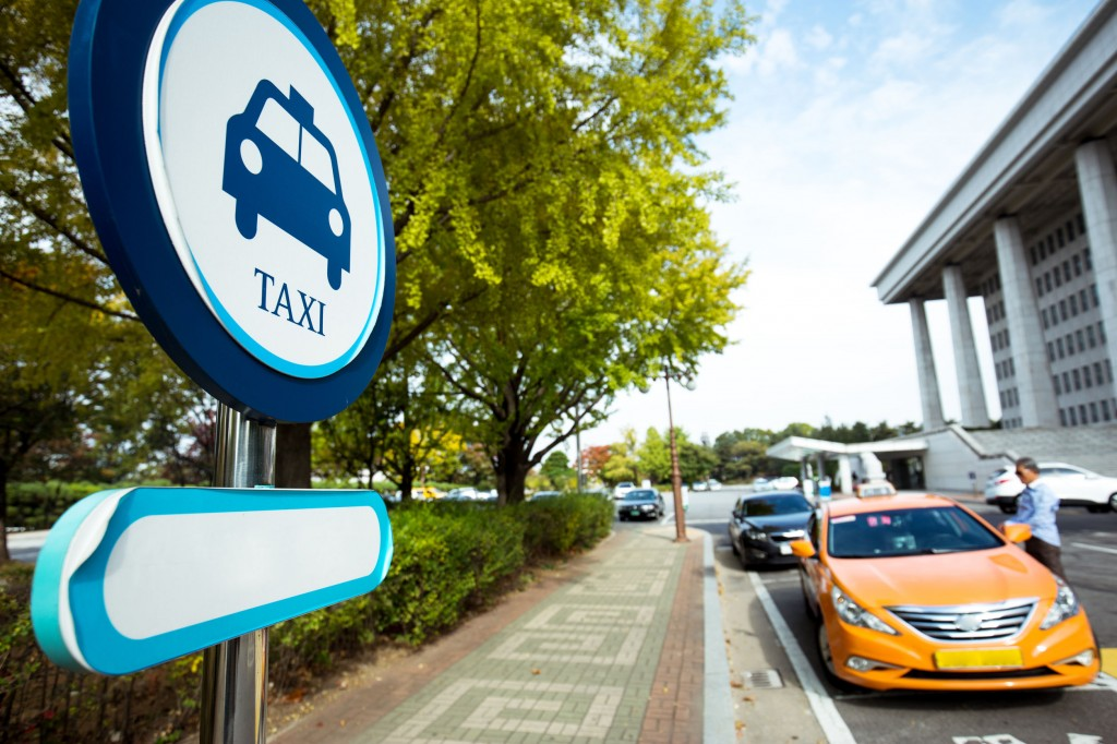 The Seoul Metropolitan Government revealed on Wednesday that it had imposed a fine of 600,000 won on a taxi driver who charged a passenger 30,000 won for a trip from Myeong-dong to Apgujeong, and revoked his taxi permit. (image: Kobiz Media)