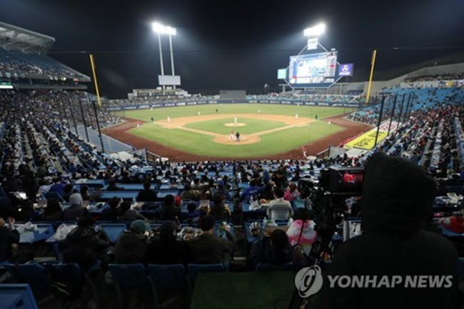 When asked about the reason supporting their respective clubs, 25.6 percent of the respondents answered that they wanted to root for the team that represents the area they currently live in, while 20.6 percent said they chose to cheer for the team with their favorite player or coach. (Image: Yonhap)