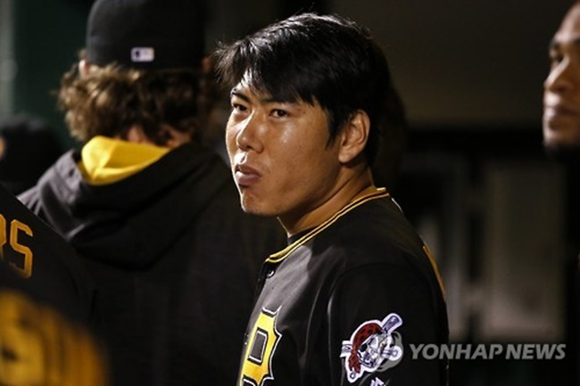 In this Associated Press photo taken on Sept. 26, 2016, Kang Jung-ho of the Pittsburgh Pirates stands in the dugout during a game against the Chicago Cubs at PNC Park in Pittsburgh. (Image: Yonhap)