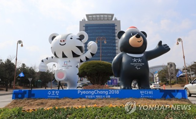 Soohorang (L) and Bandabi, the official mascots of the 2018 PyeongChang Winter Olympics and Winter Paralympics, stand before Gangneung City Hall in Gangneung, Gangwon Province, on March 28, 2017. Gangneung will stage ice events during the competitions. (Image: Yonhap)