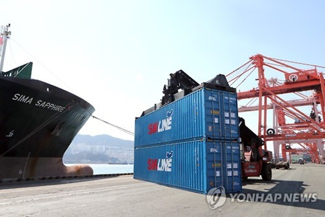 The diminishing port calls limit the available choices for South Korean shippers and may induce a hike in freight shipment and service fees, the institute said, with freight charges for exports already becoming more expensive than for Chinese ports. (Image: Yonhap)
