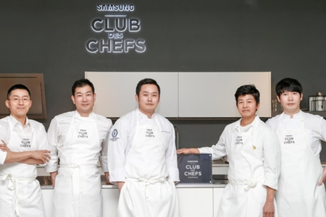 From left are chefs Kang Min-goo, Lim Ki-hak, Kwon Hyung-jun, Yim Jung-sik and Lee Chung-hoo. (Image: Yonhap)