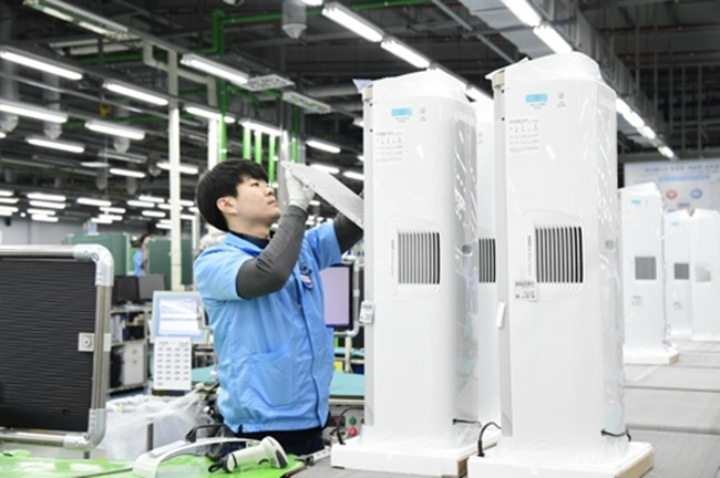 Officials at Samsung said the company's new Bluesky 6000 model played a major role in the recent surge in sales of air purifiers. (Image: Yonhap)
