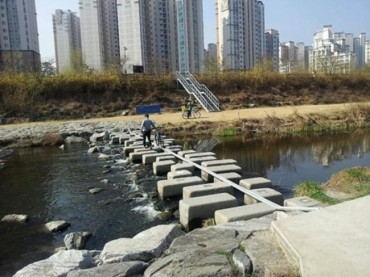 Seongnam City Receives Praise as Residents Discover Bicycle Rails on Stepping Stones Across River