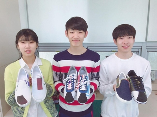 "The startup company, named ""GGOOMer (Dreamer)"", made 350 pairs of shoes with the help of the Footwear Industry Promotion Center after raising starting capital through crowd funding. (Image: Tongmyong University)"