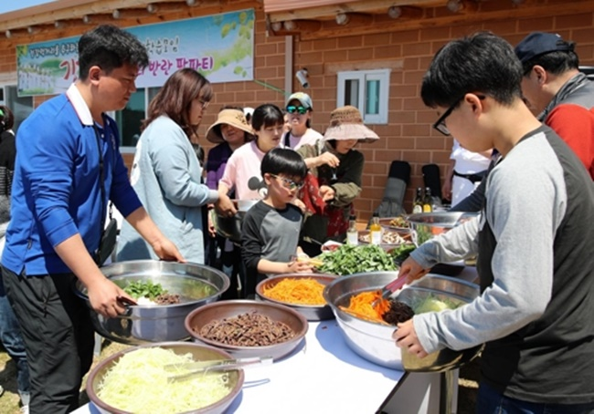 As self-explanatory as it sounds, the newly coined term 'farm party' refers to a party on a farm where the farm owner invites guests to participate in a number of activities including cooking classes, shows, and marketplaces for agricultural products, to name a few. (Image: Taean County)