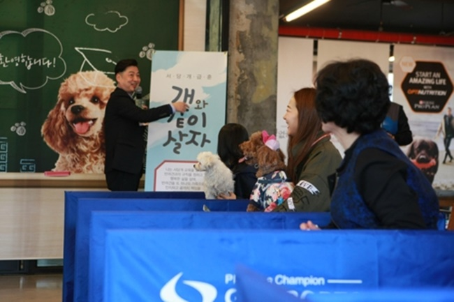 The five-week training program for pet dogs was launched in a bid to ease tensions between pet owners and their neighbors, which could be caused by a number of issues including barking and toilet training. (Image: Gangdong District Office)
