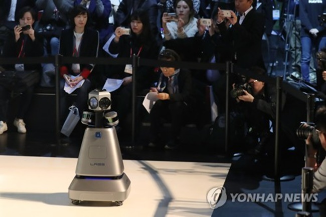 M1, a robot that stands the height of a child, was designed with a laser sensor and a 360-degree camera to move around shopping malls and concert venues to collect information that will help develop indoor maps for public places. (Image: Yonhap)