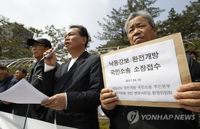 Environmental groups held a press conference in front of the Seoul Central District Court. (Image: Yonhap)