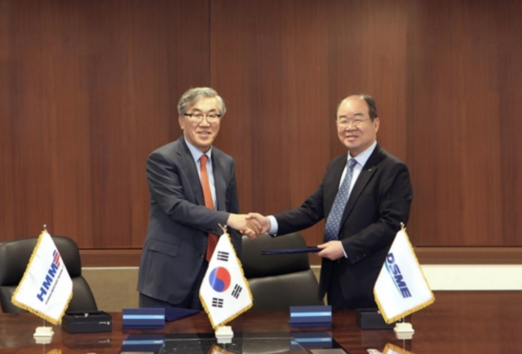Jung Sung-leep (R), CEO of Daewoo Shipbuilding & Marine Engineering (DSME), shakes hands with Yoo Chang-keun, head of Hyundai Marchant Marine, after signing a letter of intent in Seoul on April 7, 2017, for Daewoo to deliver crude carriers. (image: DSME)