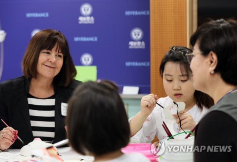 Second Lady Karen Pence Visits Korean Hospital as 'One Day' Art Therapist