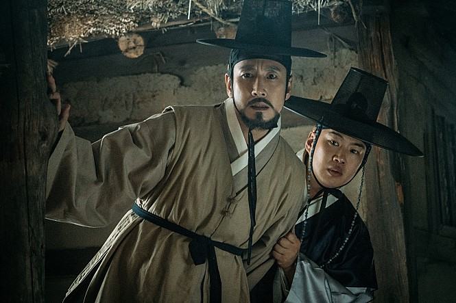"Lee Sun-kyun (L) and Ahn Jae-hong in ""The King's Case Note."" (image: CJ Entertainment)"